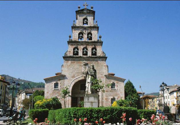 Iglesia Parroquial y monumento a D. Pelayo